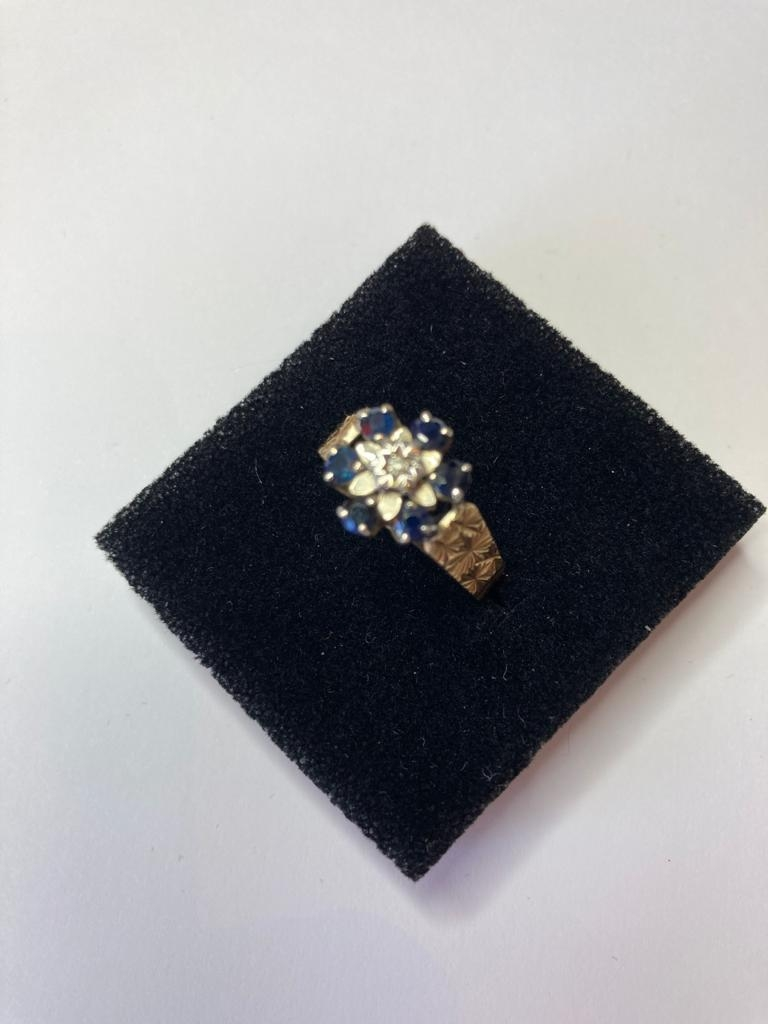 9ct Gold and Sapphire ring having six sapphires in a flower setting with illusion set diamond to - Image 3 of 4
