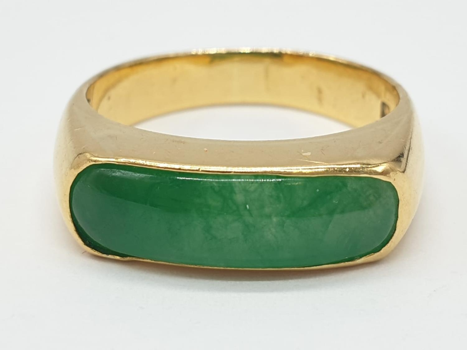 22ct gold ring with natural jade stone. 7.7g in weight and size T.