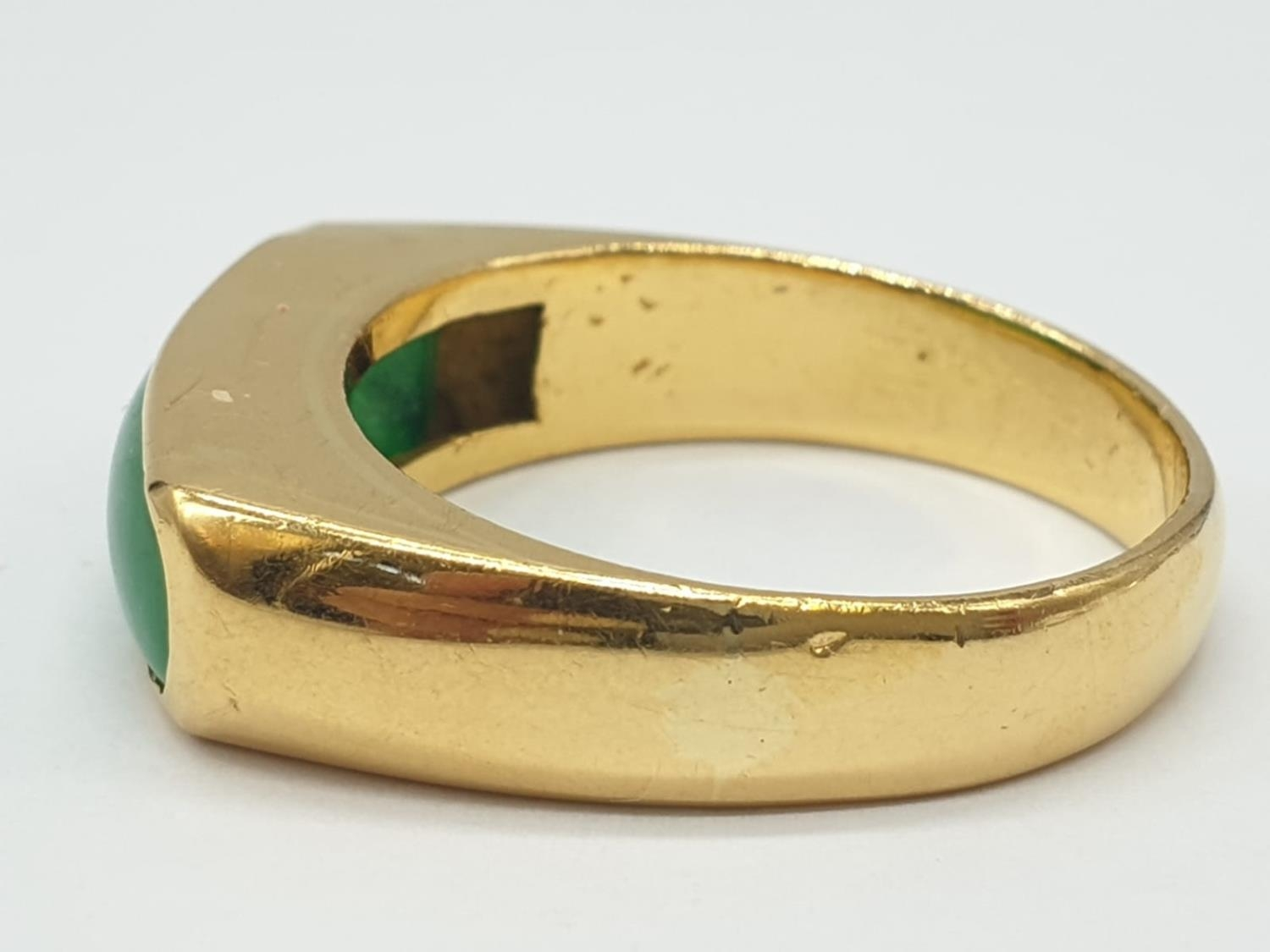 22ct gold ring with natural jade stone. 7.7g in weight and size T. - Image 3 of 7