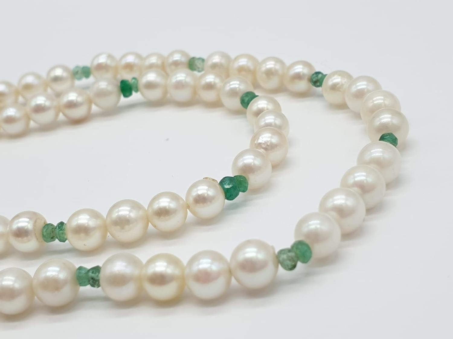 Cultured Pearl and Emerald NECKLACE with 9ct Gold Clasp. 16.3g 40cm - Image 3 of 5