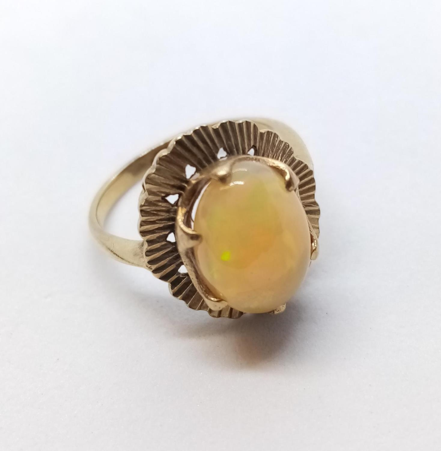 Fine Opal set in 9 cg Gold RING. 3.0g Size M.