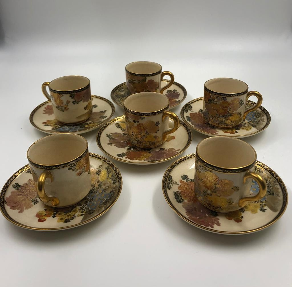 A beautiful decorated Japanese porcelain coffee set, includes coffee pot, cream and sugar jugs - Image 2 of 4