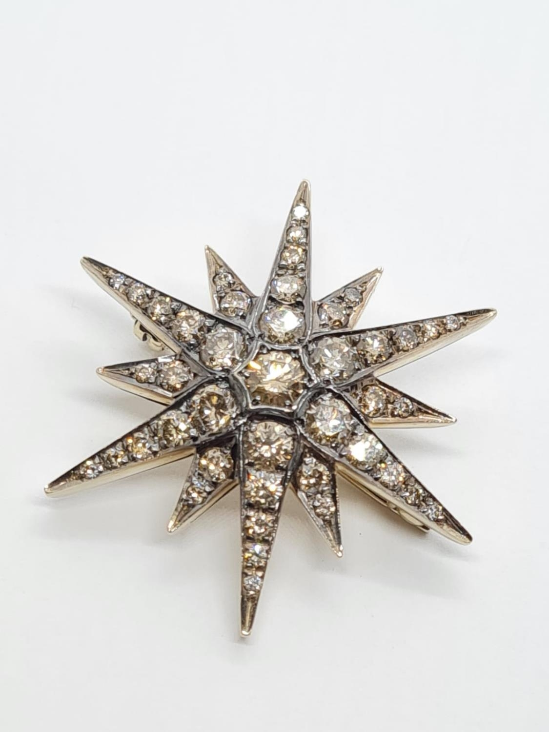 Vintage 18ct Gold Star Brooch with 3 ct of Diamonds. Weight 8.2g 3.5 cm.
