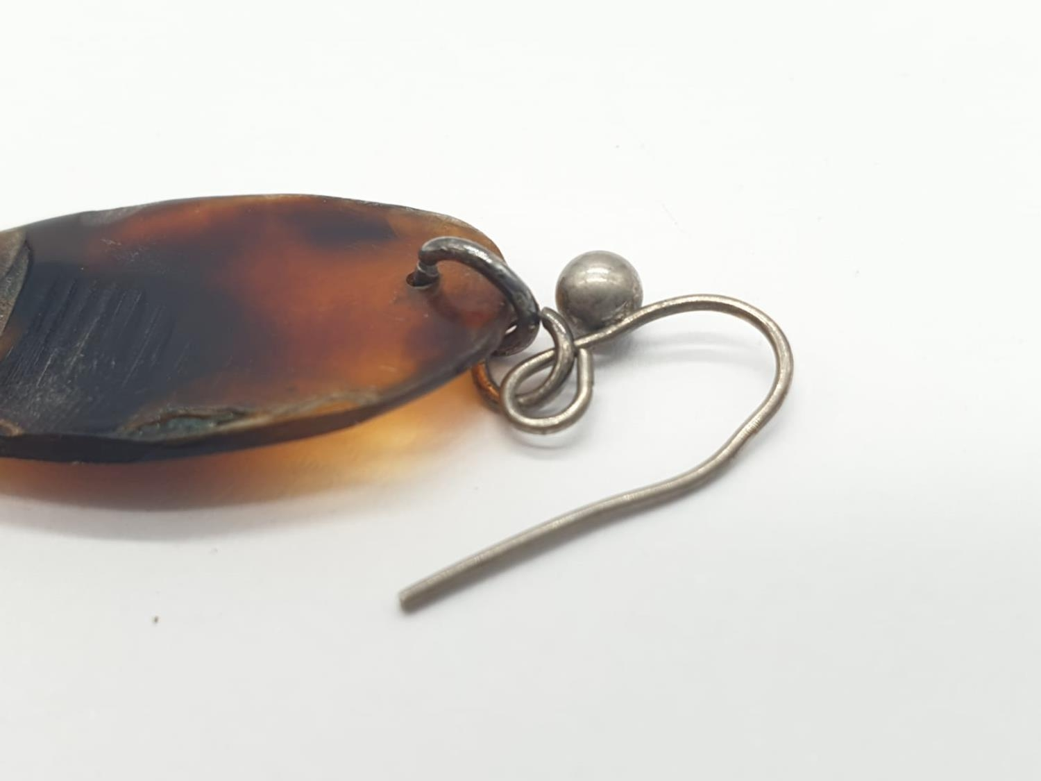 Tortoiseshell and silver earrings. 4.2g in weight. 8cm drop. - Image 4 of 4