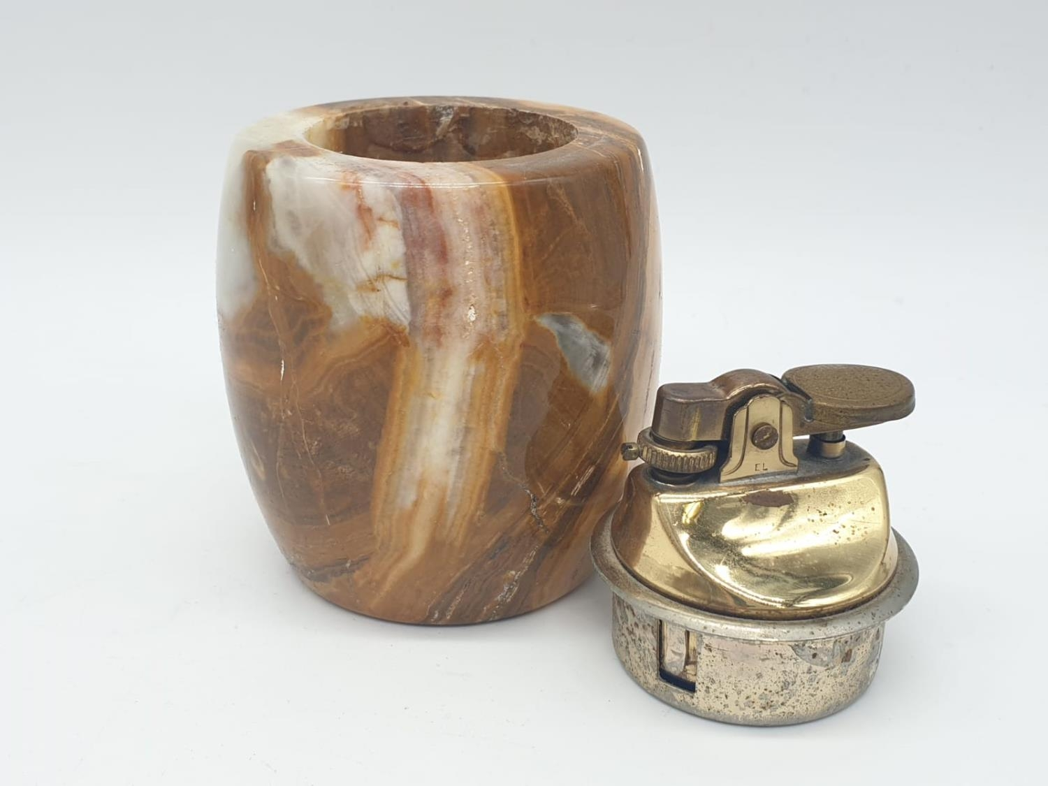 An onyx cigarette box, lighter and 2 onyx ash trays (small chip on cigarette box lid). - Image 9 of 16