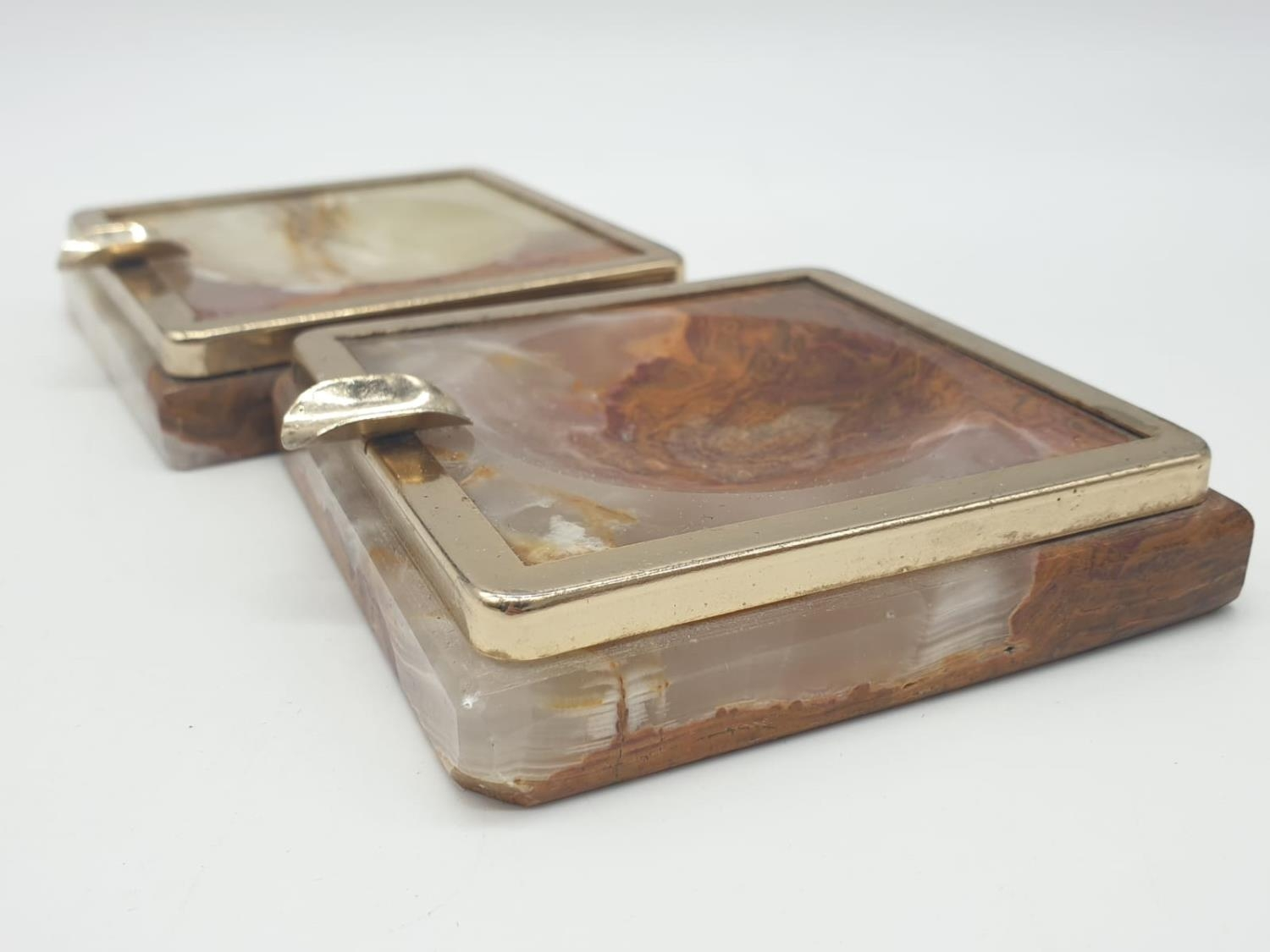 An onyx cigarette box, lighter and 2 onyx ash trays (small chip on cigarette box lid). - Image 15 of 16