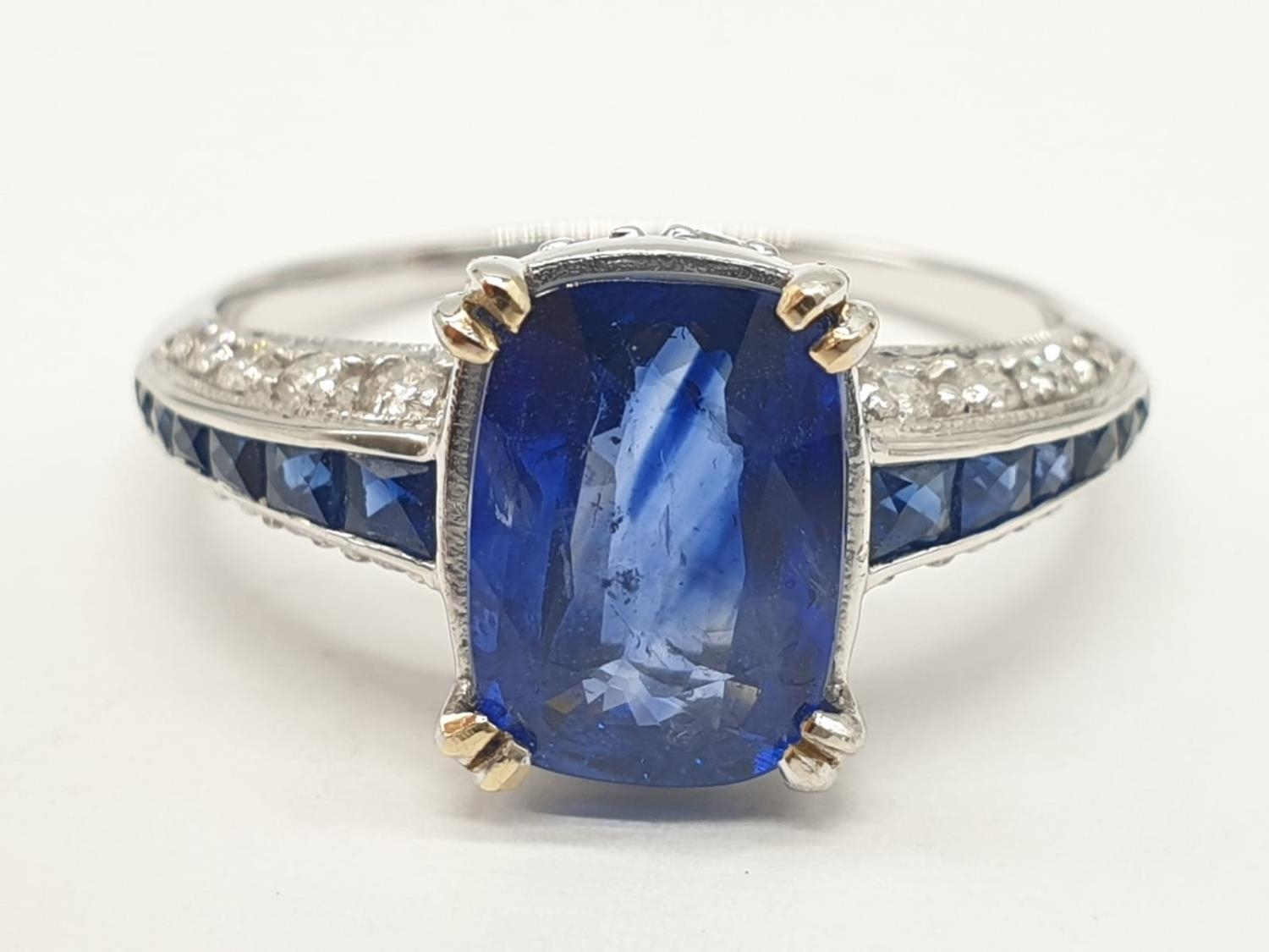18ct White gold ring with sapphire and diamonds. Weighs 3.2g and is a size N.