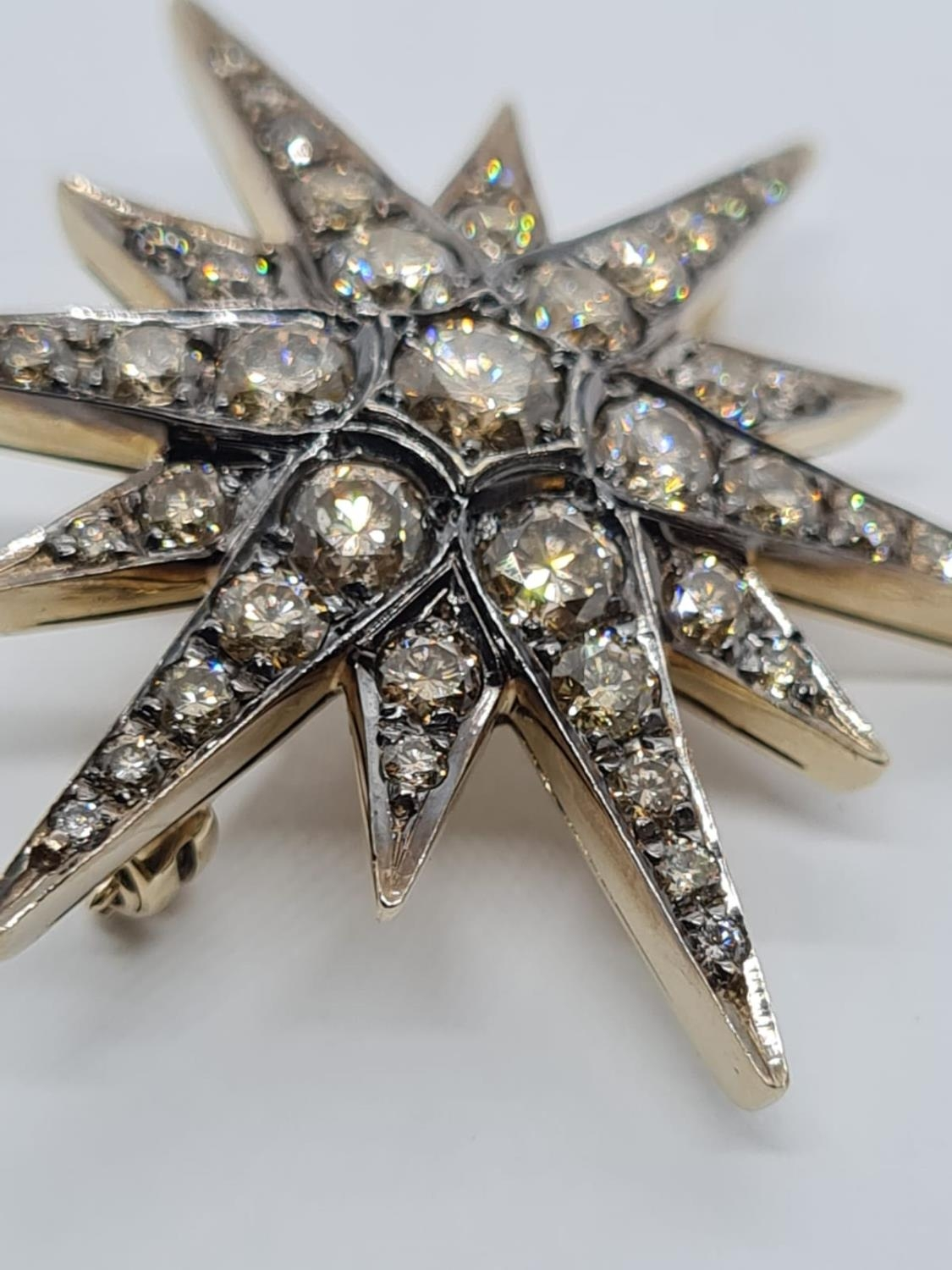 Vintage 18ct Gold Star Brooch with 3 ct of Diamonds. Weight 8.2g 3.5 cm. - Image 3 of 6
