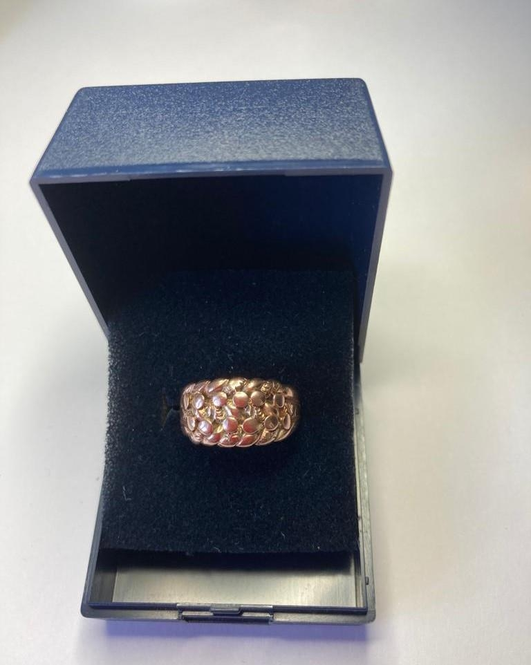 9ct gold ring in feminine 'Keeper' style with intricate design work to top. Full UK hallmark. 4.4