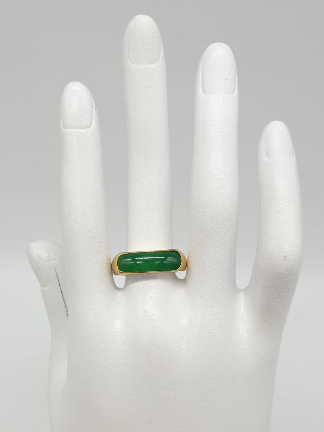 22ct gold ring with natural jade stone. 7.7g in weight and size T. - Image 6 of 7