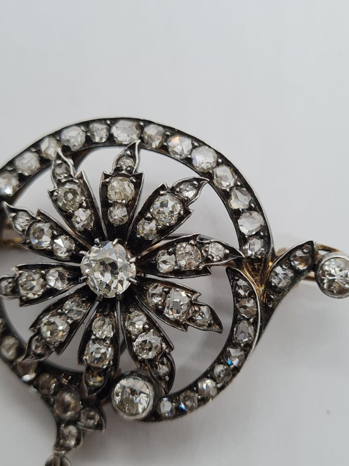 Antique Silver and Gold Diamond BROOCH with 4 ct of top quality Diamonds. 12g 4.5cm width - Image 4 of 5