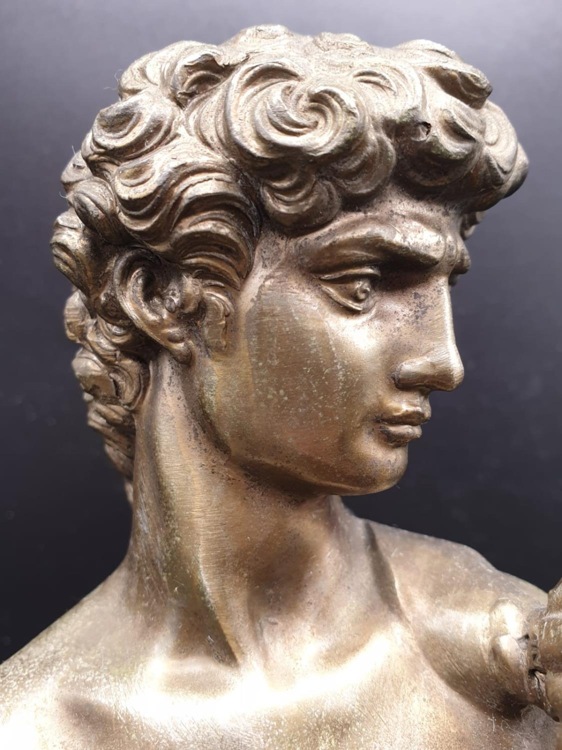 A Statue of Michelangelo's David in Brass on a Marble Base 40cms Tall 3.6kg - Image 3 of 9