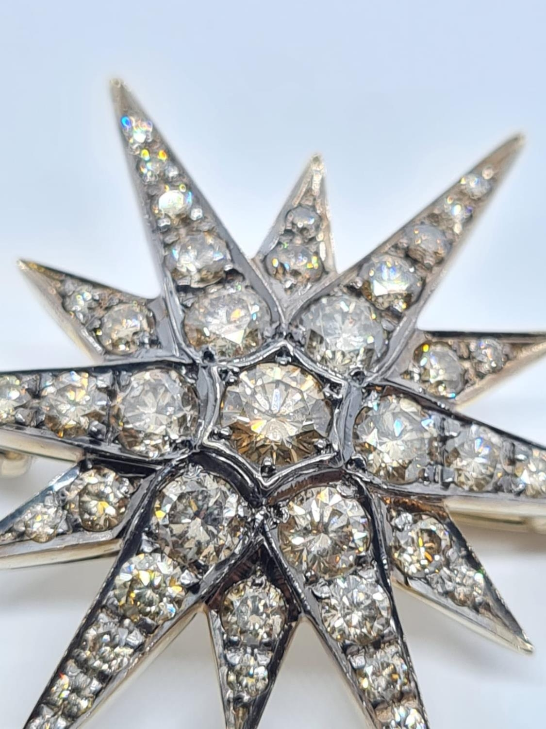 Vintage 18ct Gold Star Brooch with 3 ct of Diamonds. Weight 8.2g 3.5 cm. - Image 4 of 6
