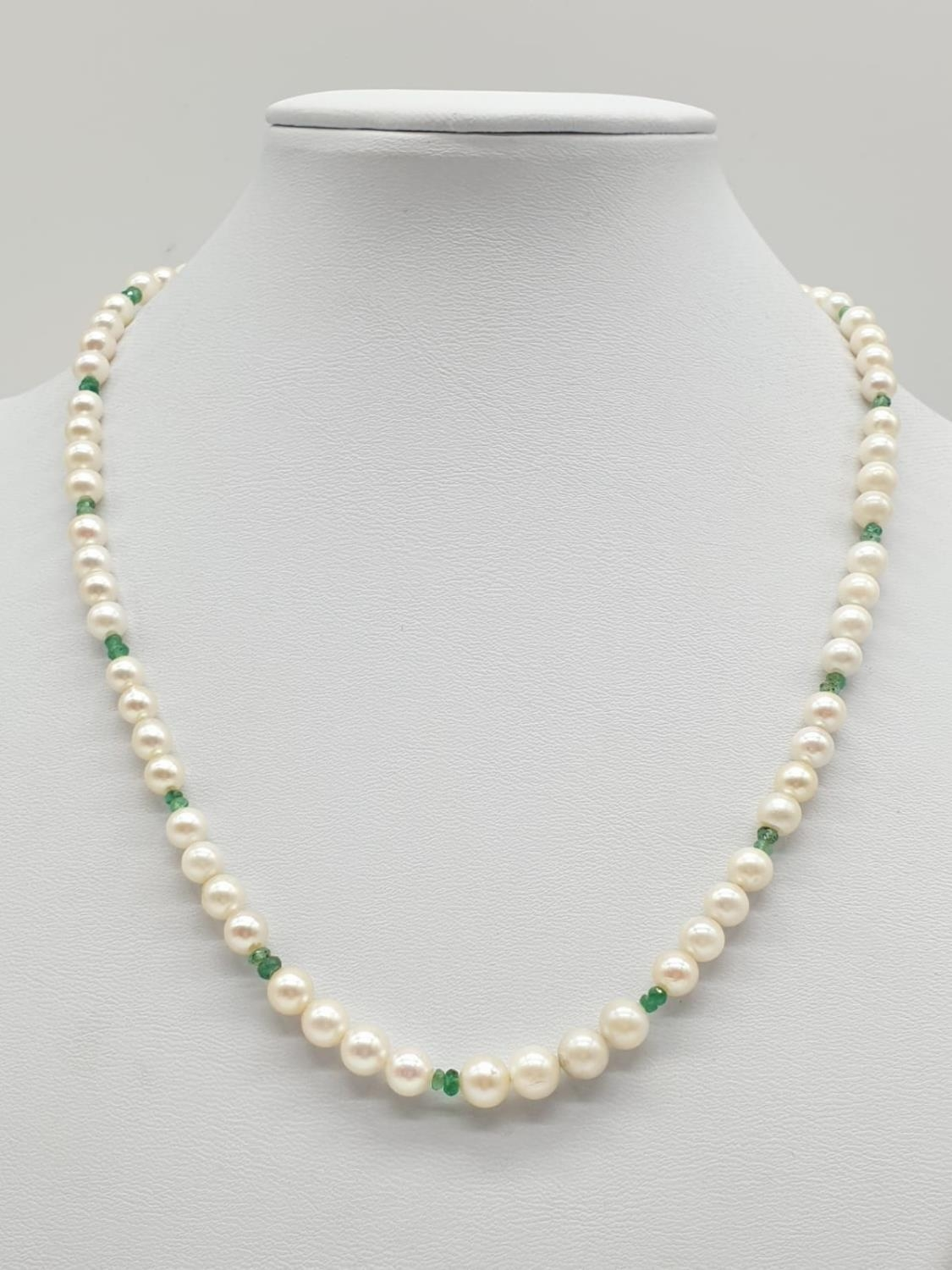 Cultured Pearl and Emerald NECKLACE with 9ct Gold Clasp. 16.3g 40cm