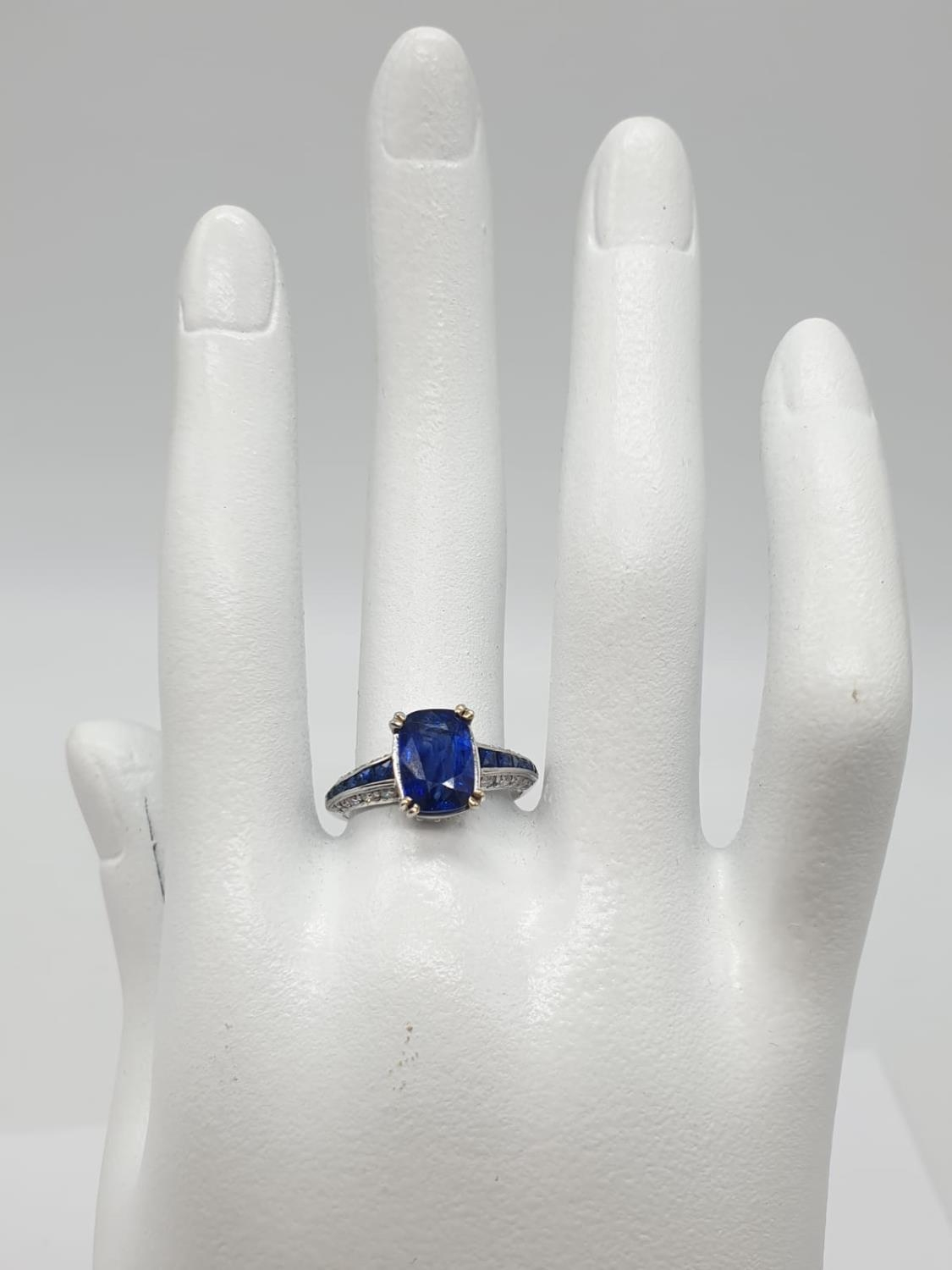 18ct White gold ring with sapphire and diamonds. Weighs 3.2g and is a size N. - Image 6 of 6