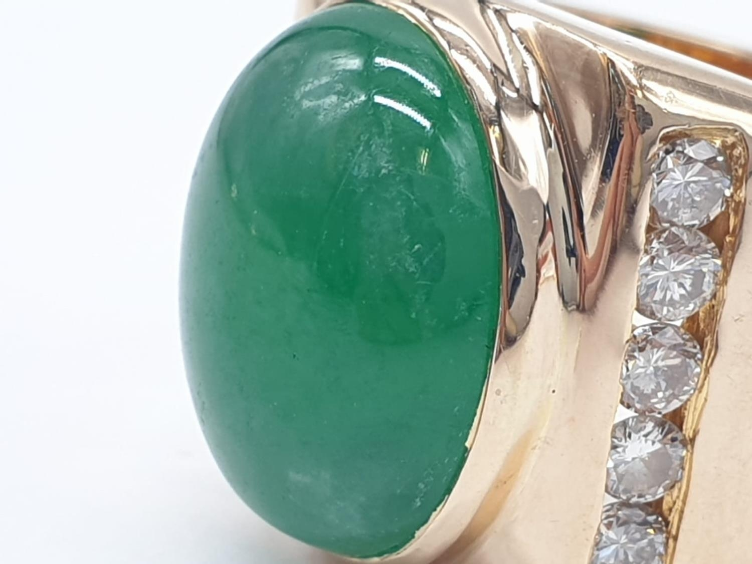 18ct Gold ring with natural jade stone and diamond shoulders. 16.2g total weight and size R. - Image 3 of 8