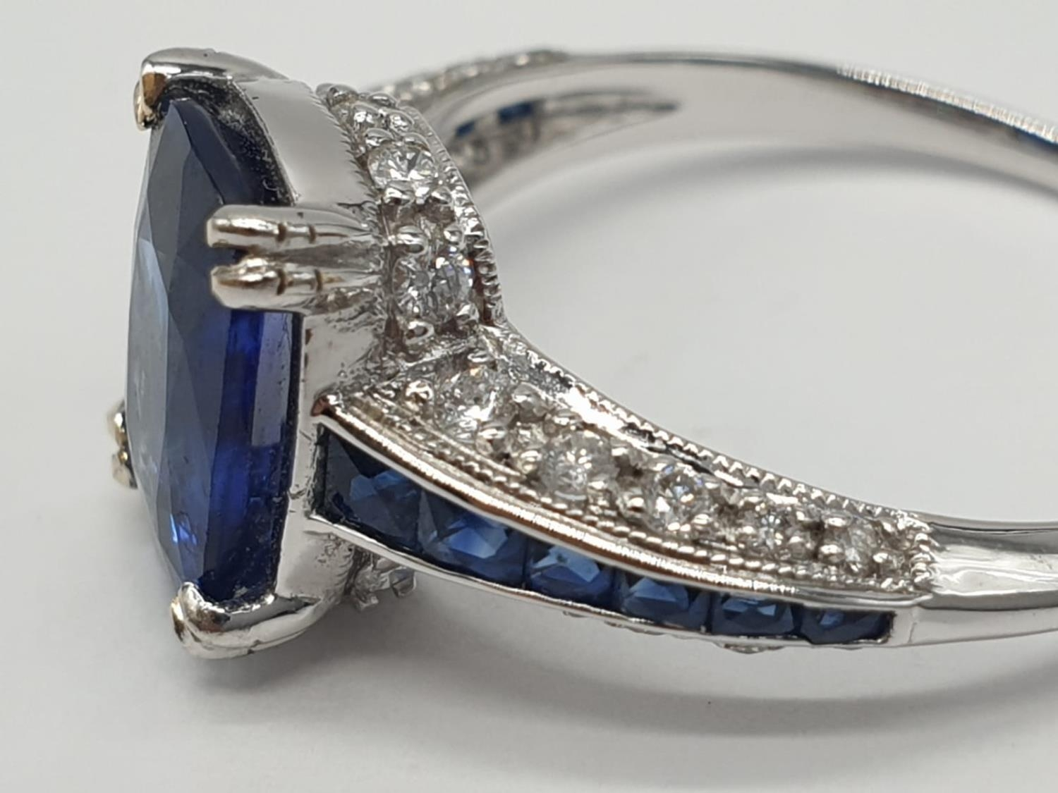 18ct White gold ring with sapphire and diamonds. Weighs 3.2g and is a size N. - Image 3 of 6