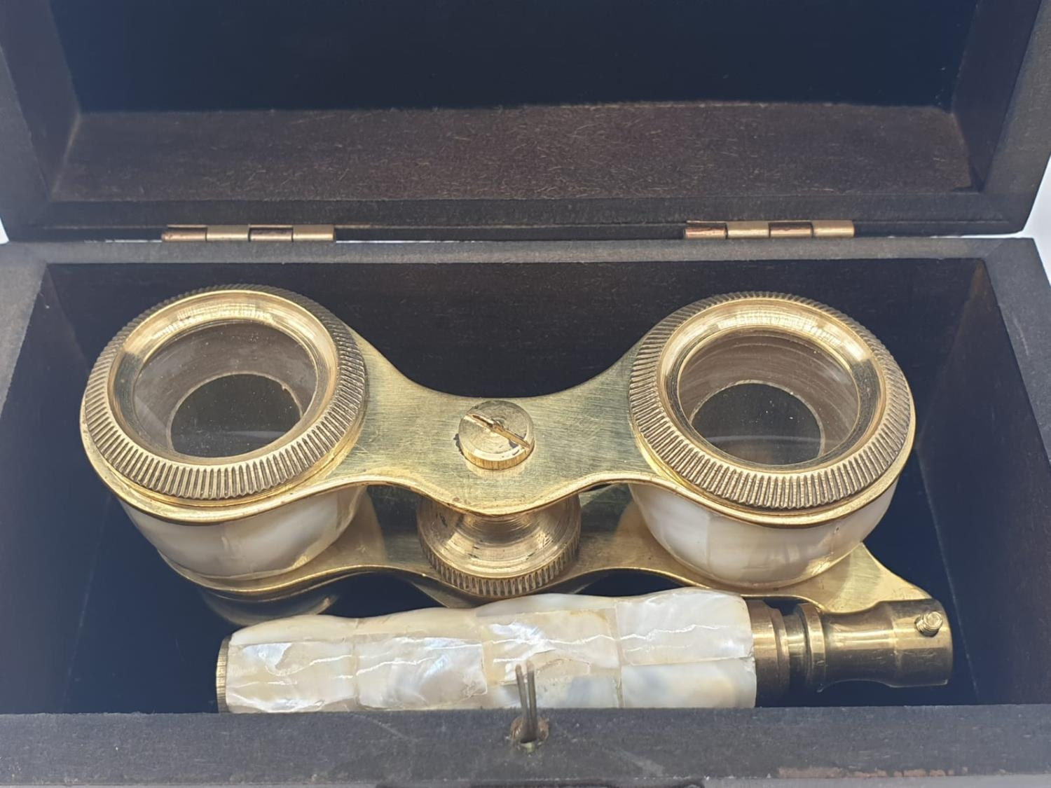 1920's Mother of Pearl & Brass opera glasses with folding handle, in wooden box. 13x7cm. - Image 2 of 9