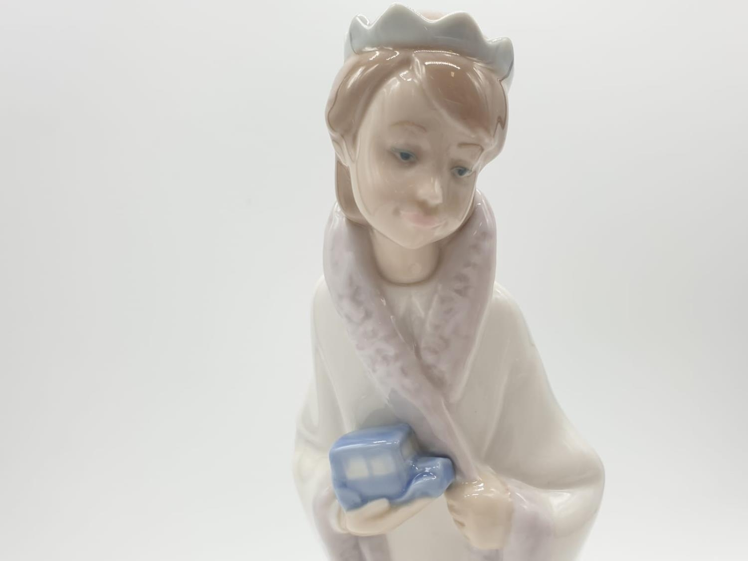 Lladro statue of a young Prince holding a car. 21cm tall. - Image 2 of 6