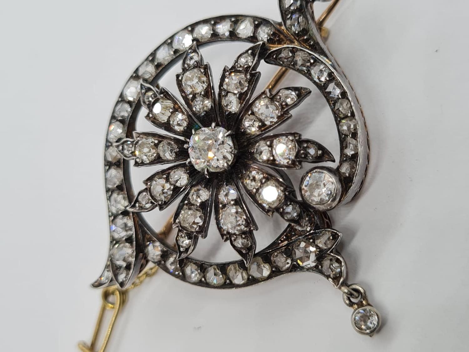 Antique Silver and Gold Diamond BROOCH with 4 ct of top quality Diamonds. 12g 4.5cm width - Image 2 of 5