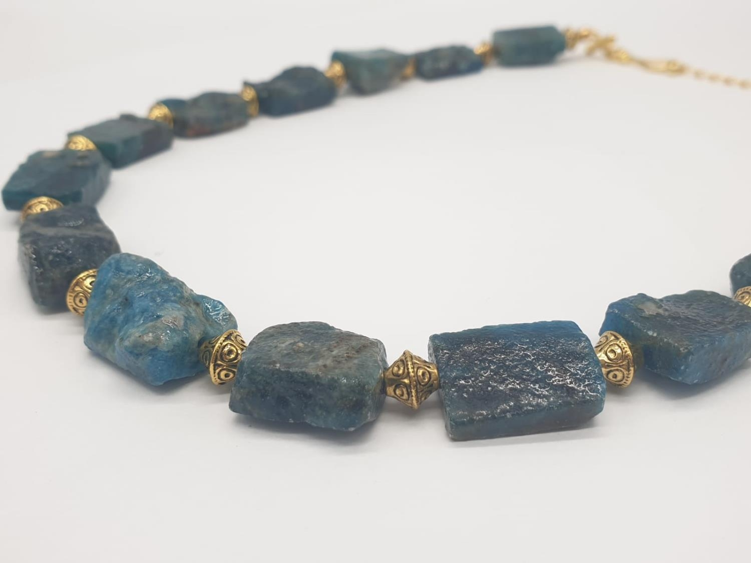 A necklace and earrings set made of Brazilian bluish apatite in its natural state. In a gift box, - Image 8 of 9