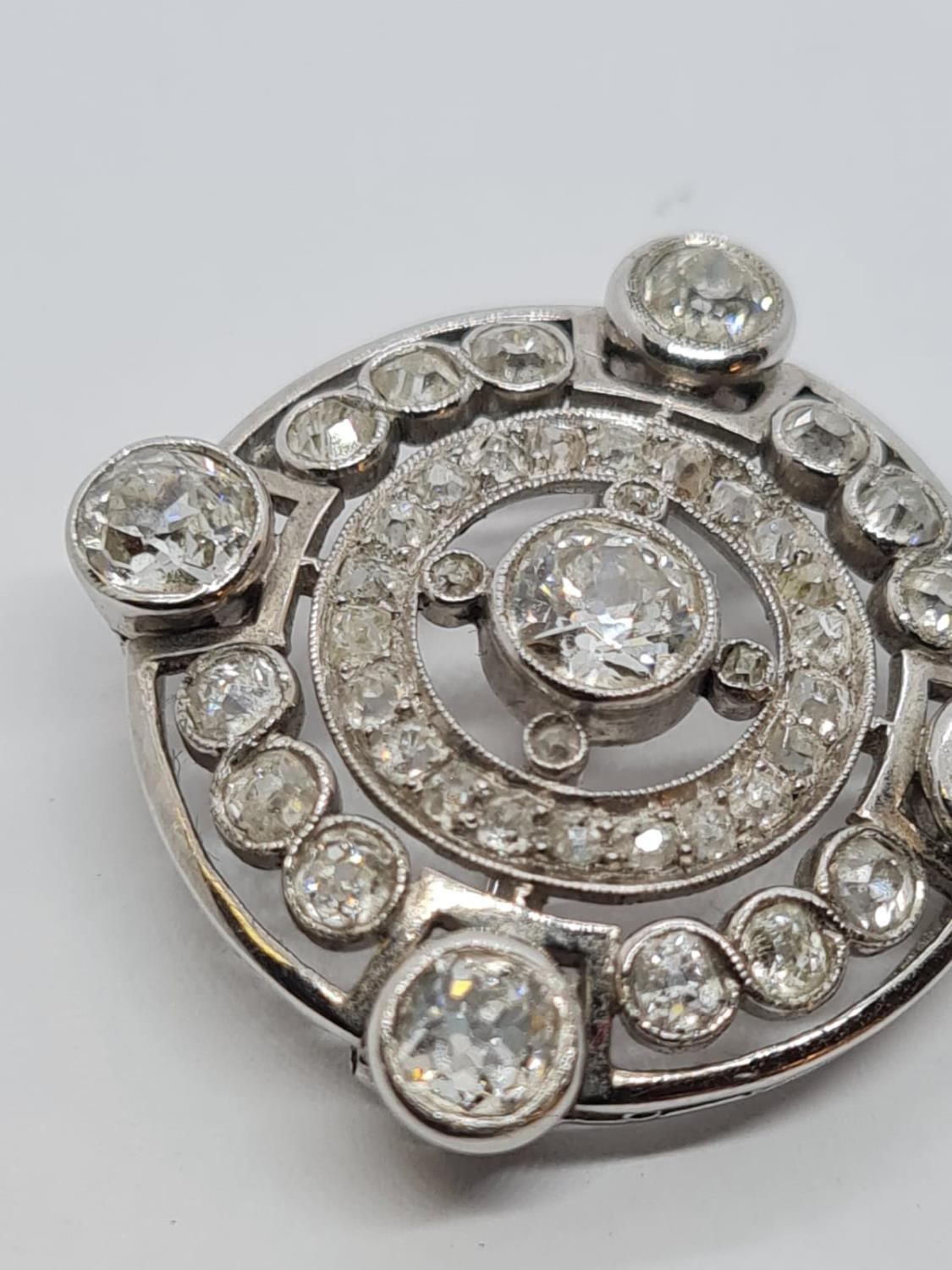 Vintage 18ct Gold and Diamond BROOCH having over 3 ct of fine quality of Diamonds. 8.3g 2.5 cm - Image 3 of 4