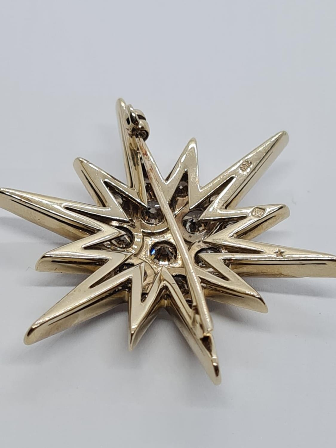 Vintage 18ct Gold Star Brooch with 3 ct of Diamonds. Weight 8.2g 3.5 cm. - Image 5 of 6