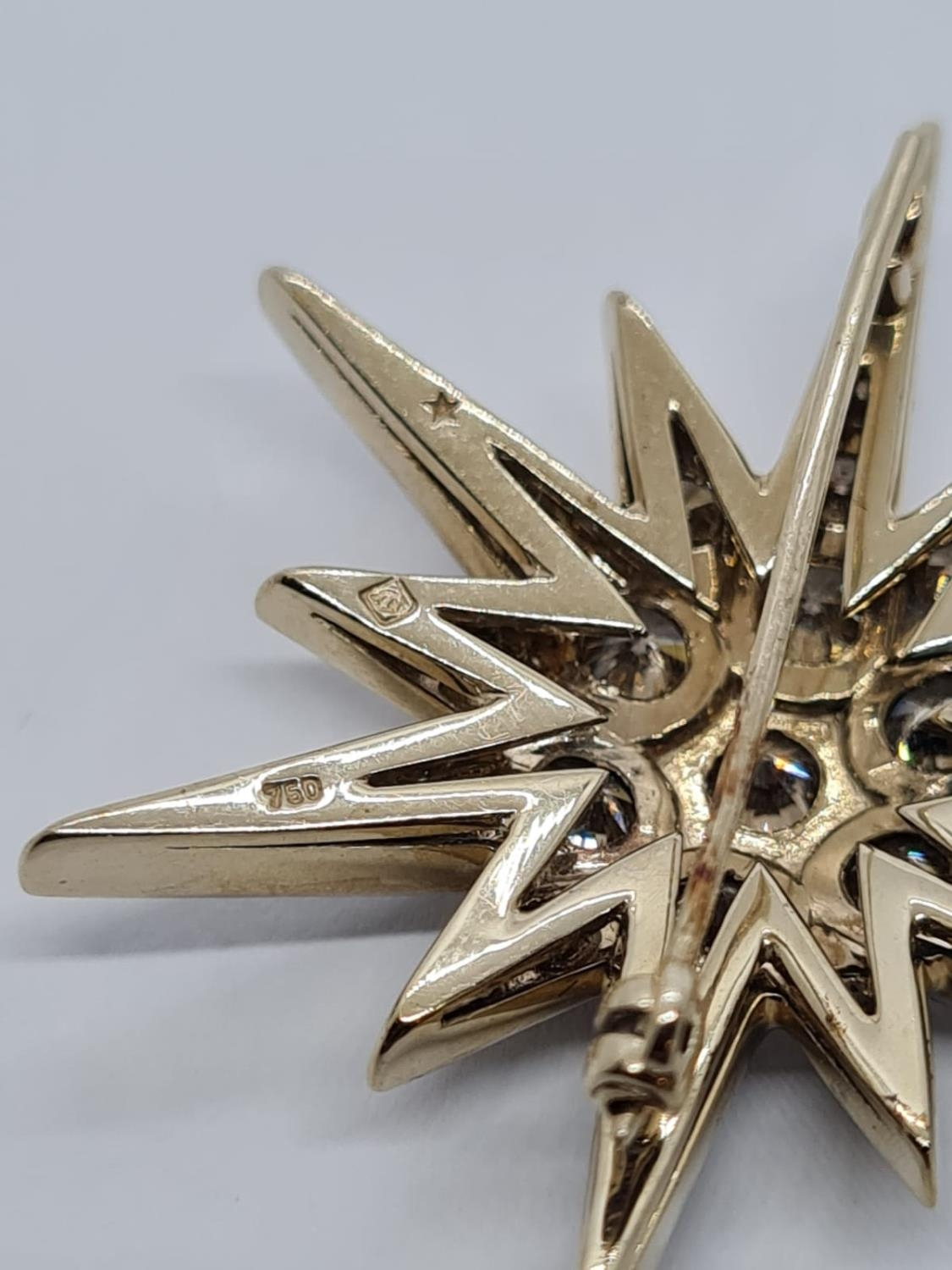 Vintage 18ct Gold Star Brooch with 3 ct of Diamonds. Weight 8.2g 3.5 cm. - Image 6 of 6