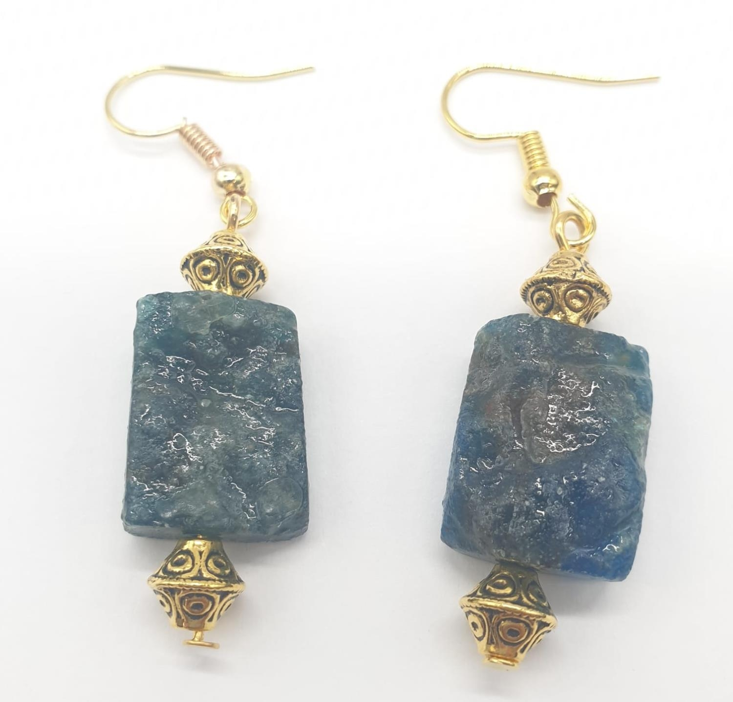 A necklace and earrings set made of Brazilian bluish apatite in its natural state. In a gift box, - Image 3 of 9