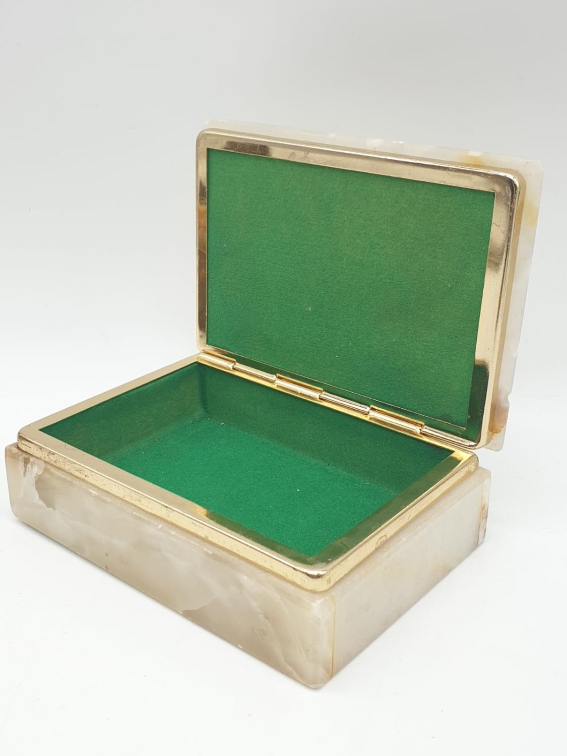 An onyx cigarette box, lighter and 2 onyx ash trays (small chip on cigarette box lid). - Image 4 of 16