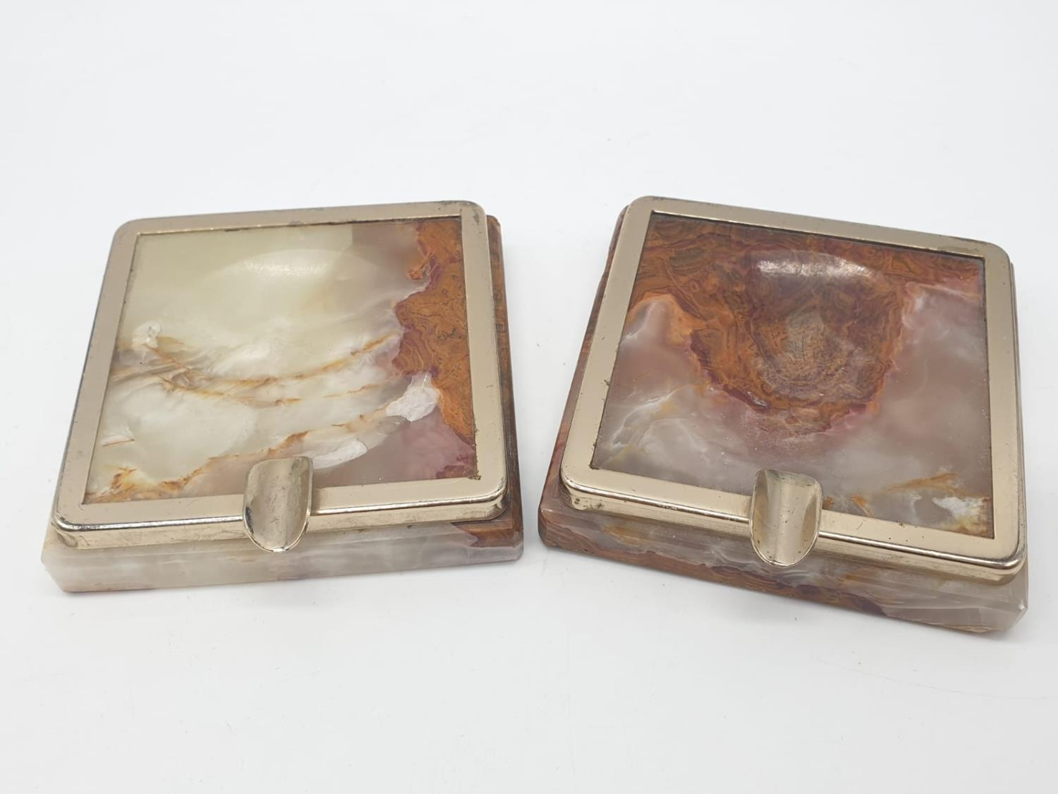 An onyx cigarette box, lighter and 2 onyx ash trays (small chip on cigarette box lid). - Image 14 of 16