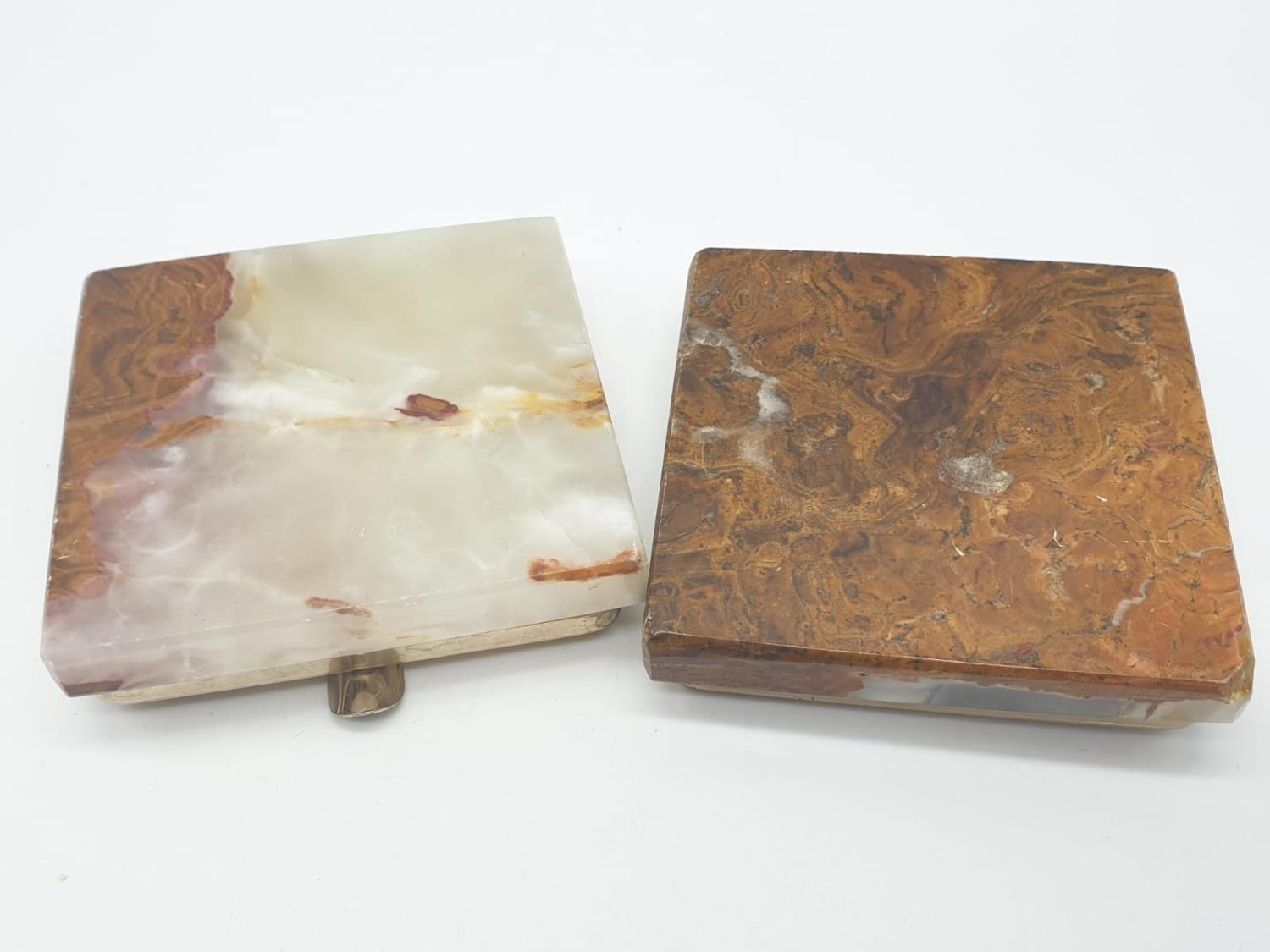 An onyx cigarette box, lighter and 2 onyx ash trays (small chip on cigarette box lid). - Image 16 of 16