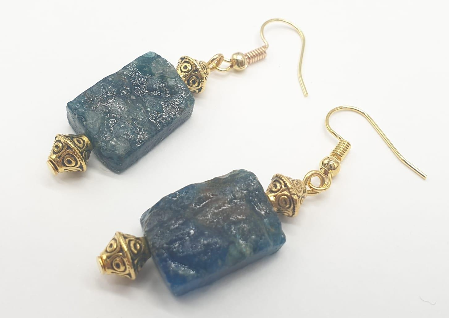 A necklace and earrings set made of Brazilian bluish apatite in its natural state. In a gift box, - Image 2 of 9