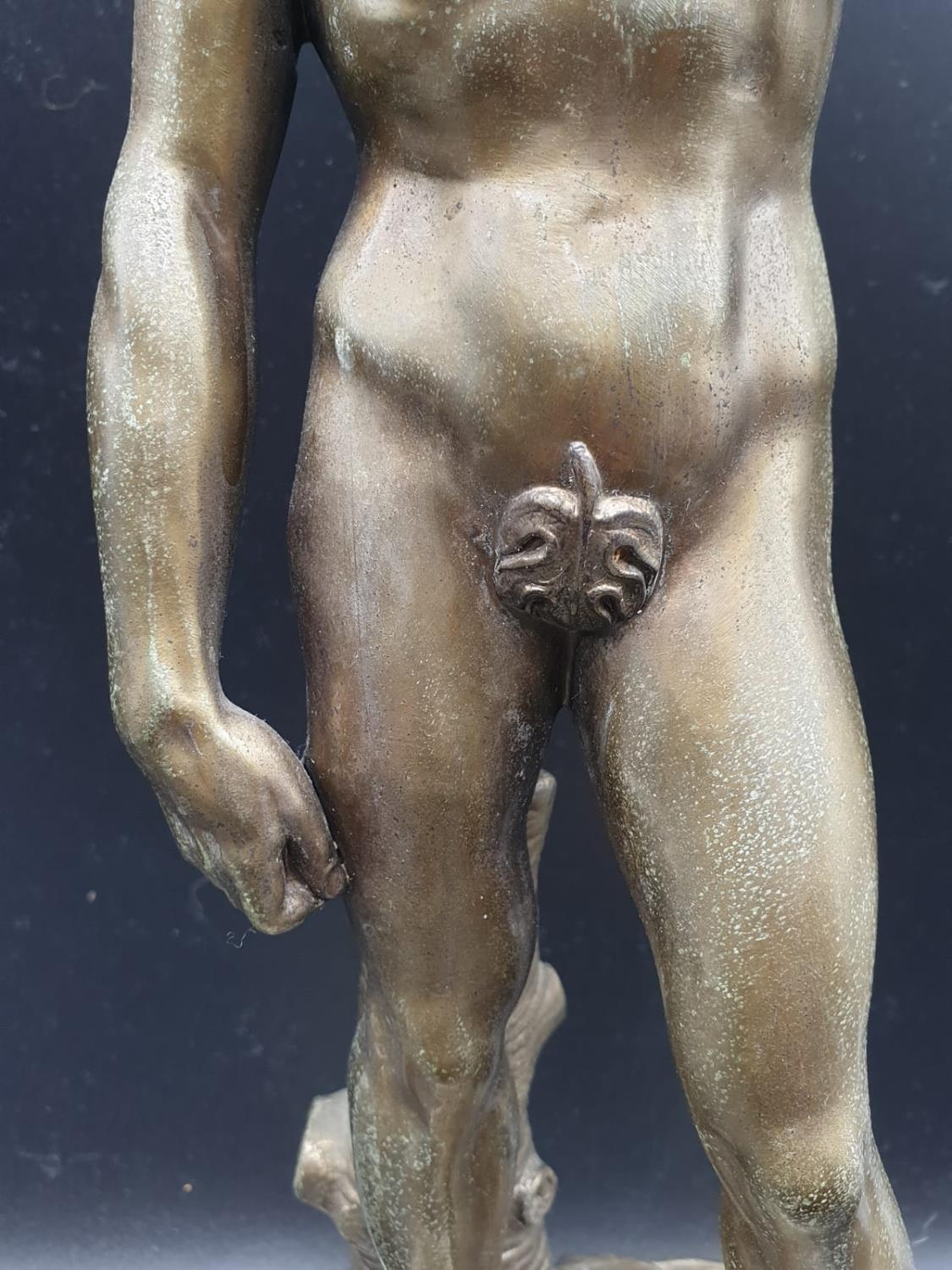 A Statue of Michelangelo's David in Brass on a Marble Base 40cms Tall 3.6kg - Image 4 of 9