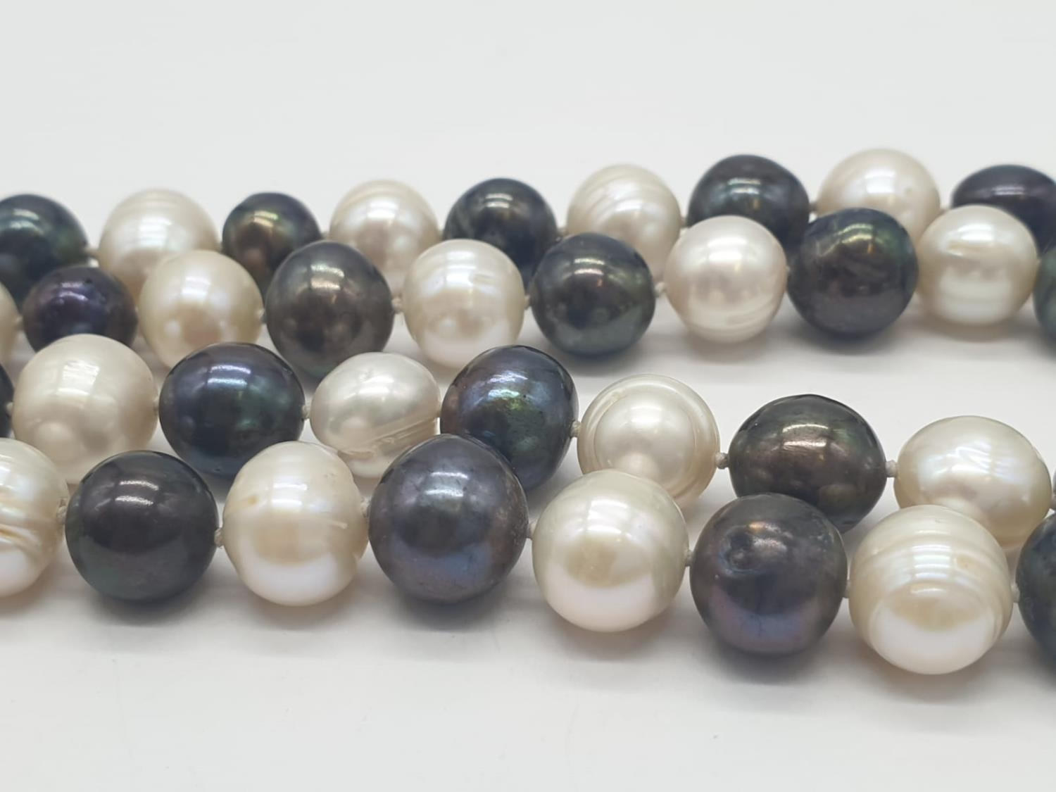 Black and White Pearl NECKLACE. 91.8g 80cm. - Image 3 of 4