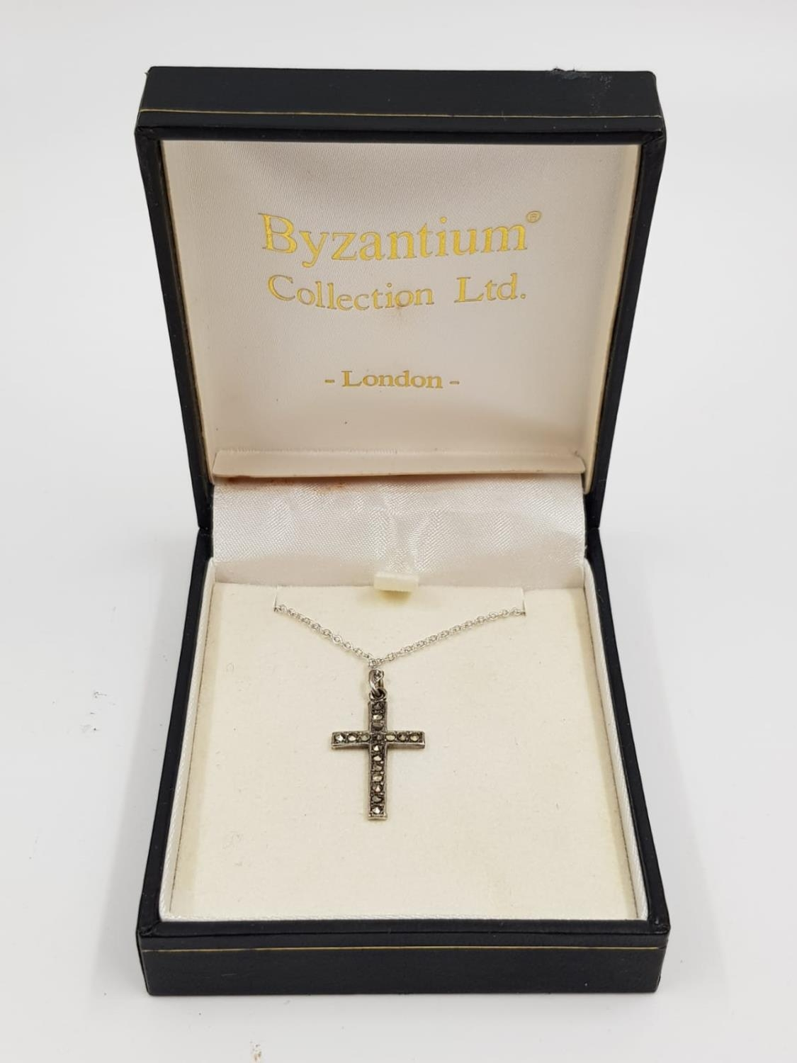 Vintage Silver CROSS on sterling silver CHAIN. 2.41g. 49cm chain.