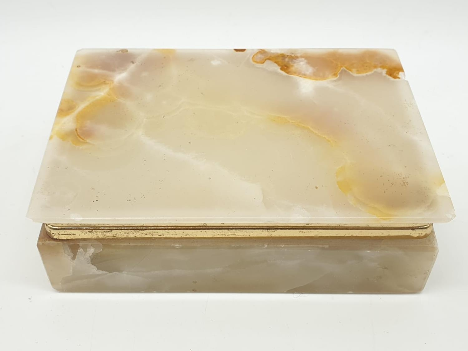 An onyx cigarette box, lighter and 2 onyx ash trays (small chip on cigarette box lid). - Image 3 of 16