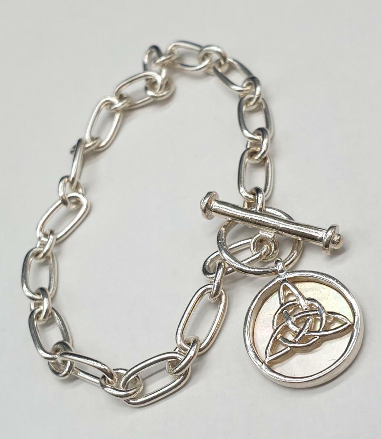 18cm Silver Bracelet with T-Bar Fastener and Mother-of- Pearl Medallion 10.6g