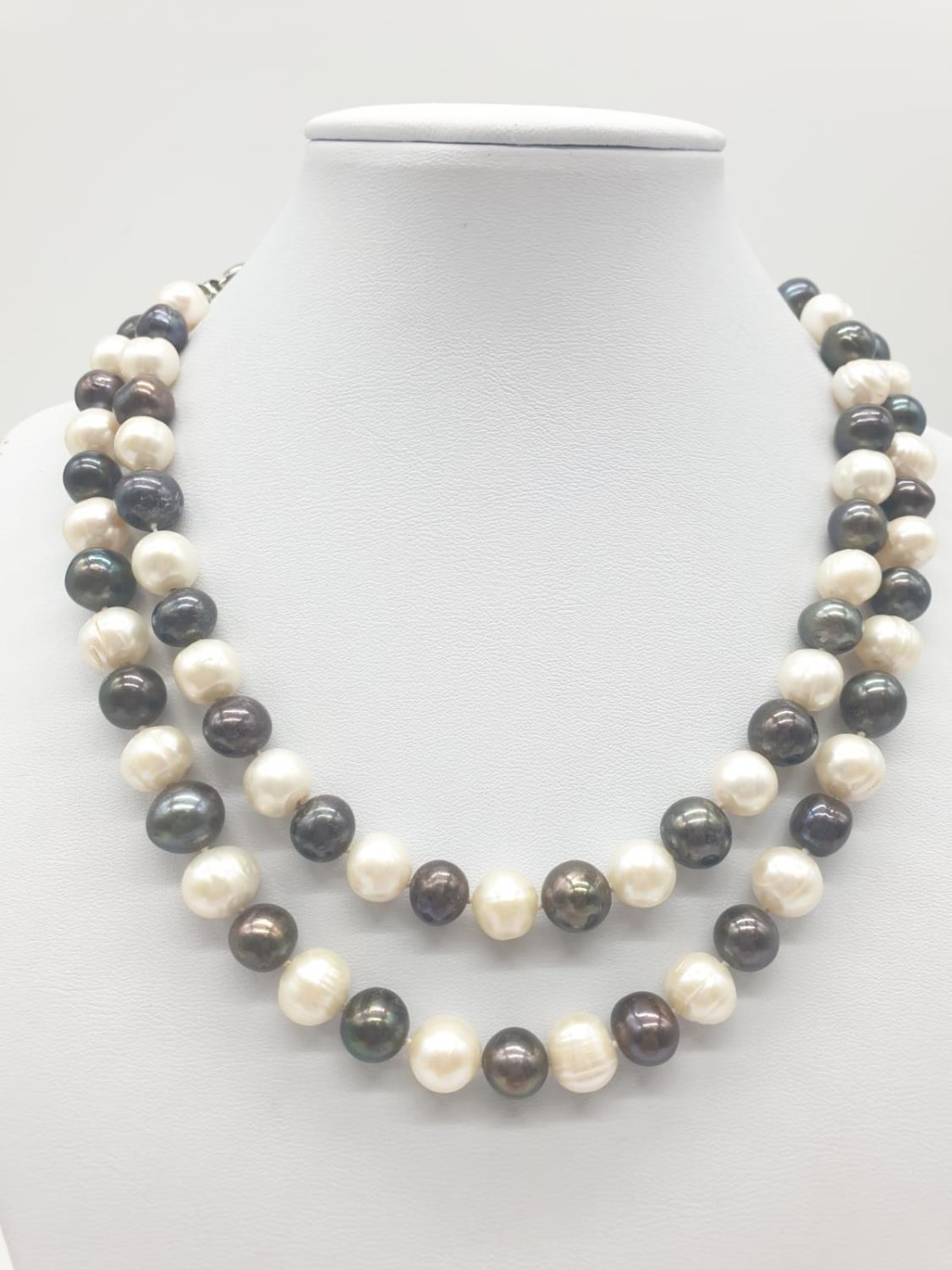 Black and White Pearl NECKLACE. 91.8g 80cm.