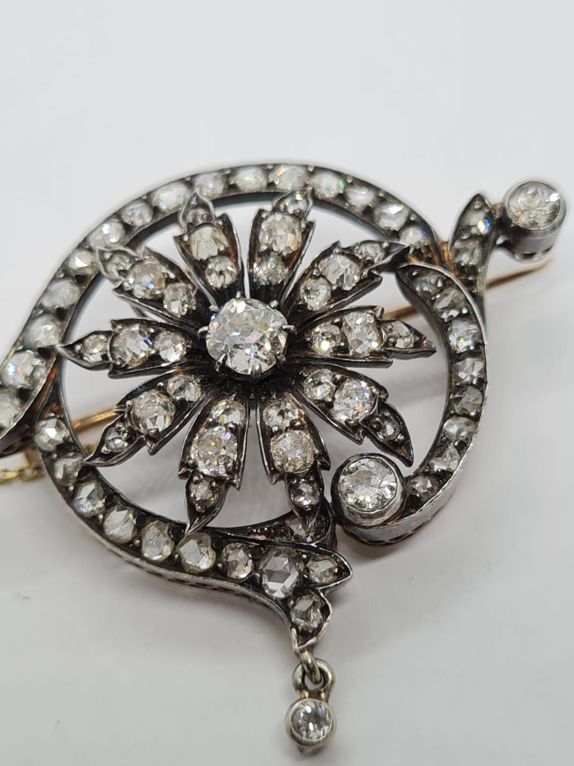 Antique Silver and Gold Diamond BROOCH with 4 ct of top quality Diamonds. 12g 4.5cm width - Image 3 of 5