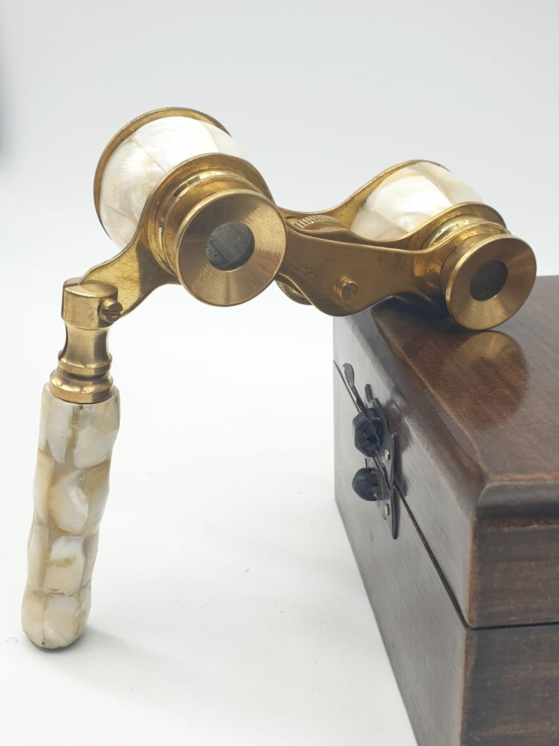 1920's Mother of Pearl & Brass opera glasses with folding handle, in wooden box. 13x7cm. - Image 5 of 9