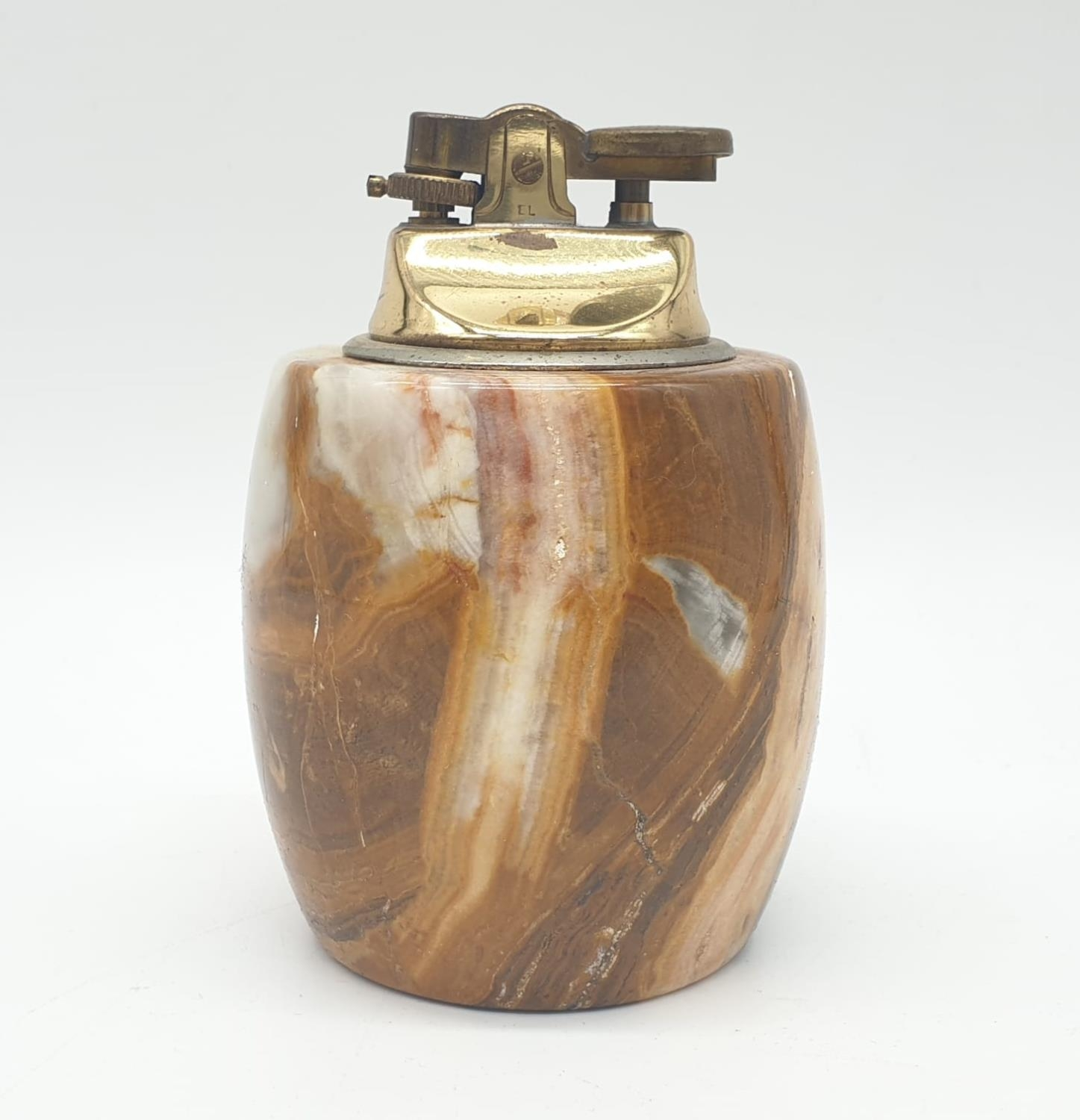 An onyx cigarette box, lighter and 2 onyx ash trays (small chip on cigarette box lid). - Image 6 of 16