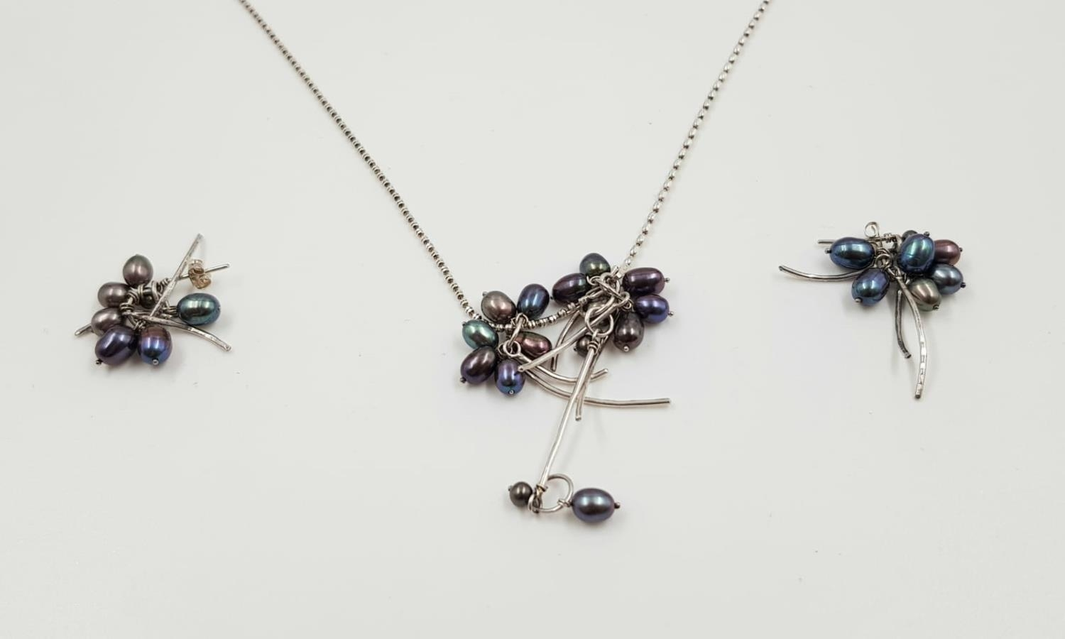A black pearl and silver necklace with earring set. Weighs 15.4g and length is 84cm. - Image 2 of 3