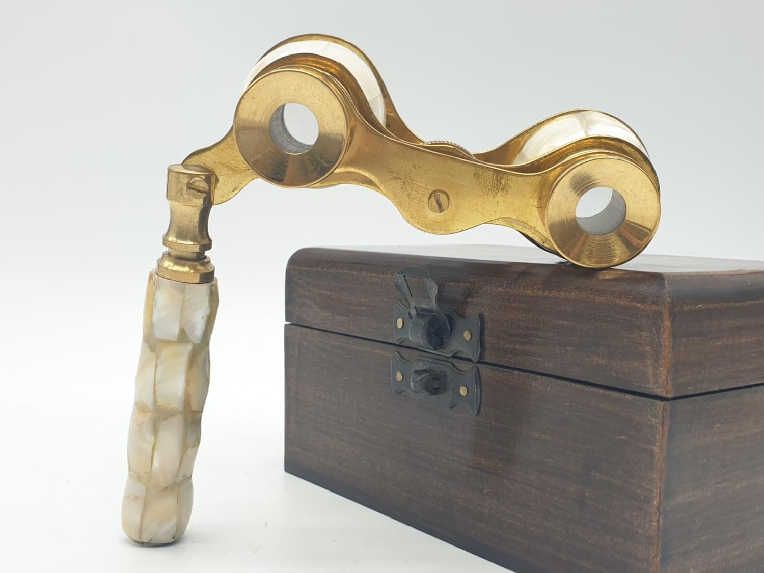 1920's Mother of Pearl & Brass opera glasses with folding handle, in wooden box. 13x7cm. - Image 7 of 9