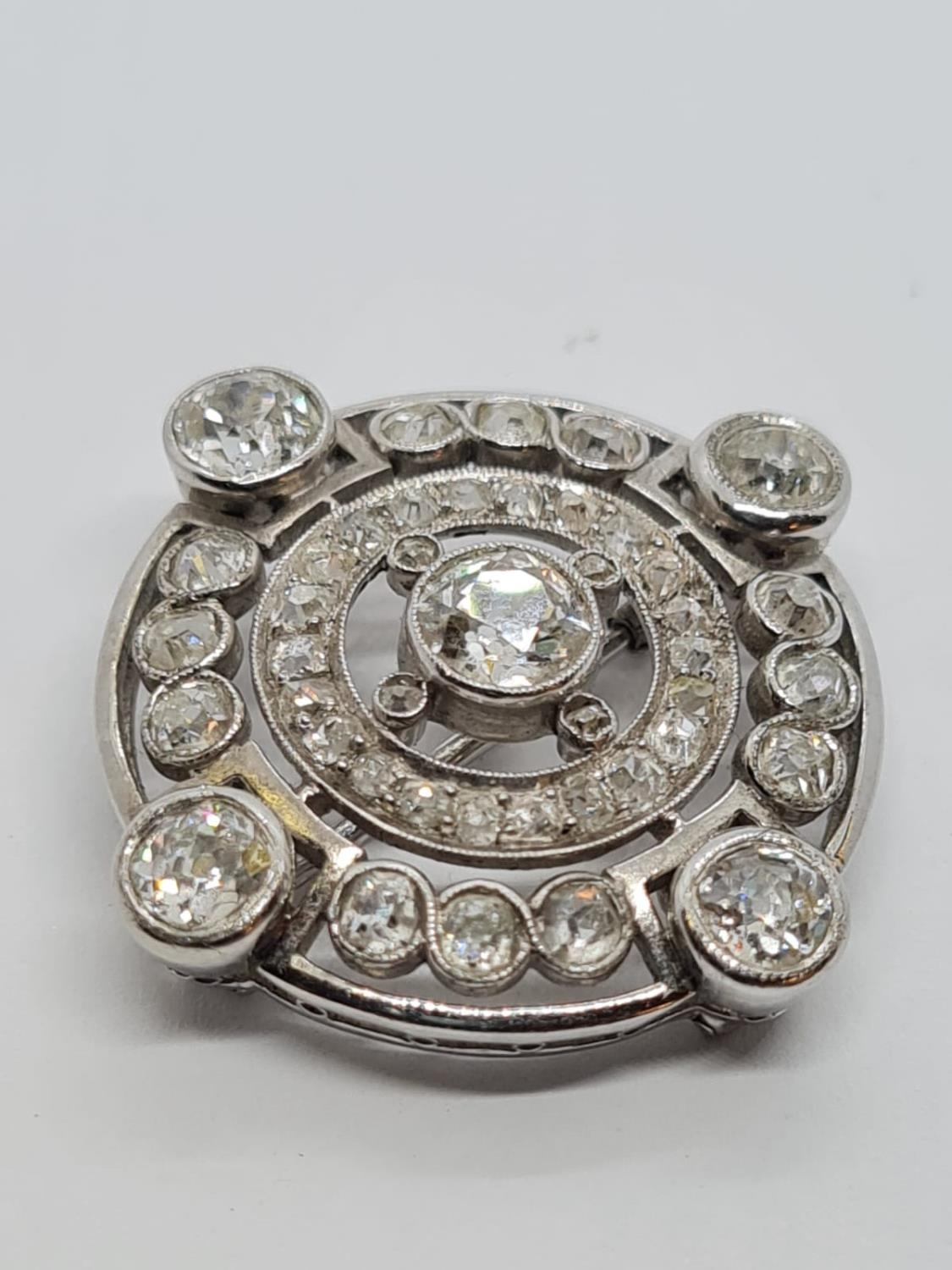 Vintage 18ct Gold and Diamond BROOCH having over 3 ct of fine quality of Diamonds. 8.3g 2.5 cm - Image 2 of 4
