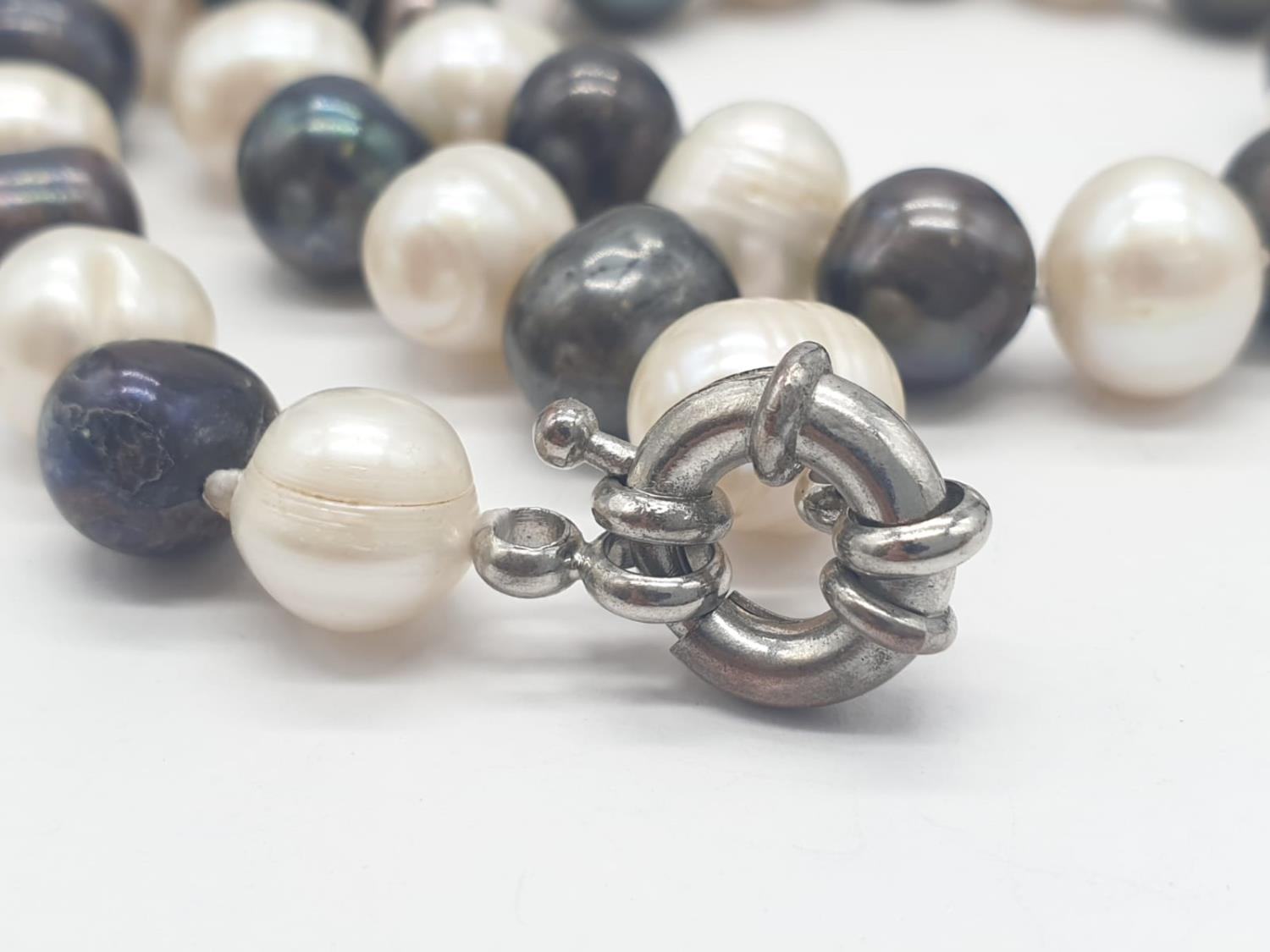 Black and White Pearl NECKLACE. 91.8g 80cm. - Image 4 of 4