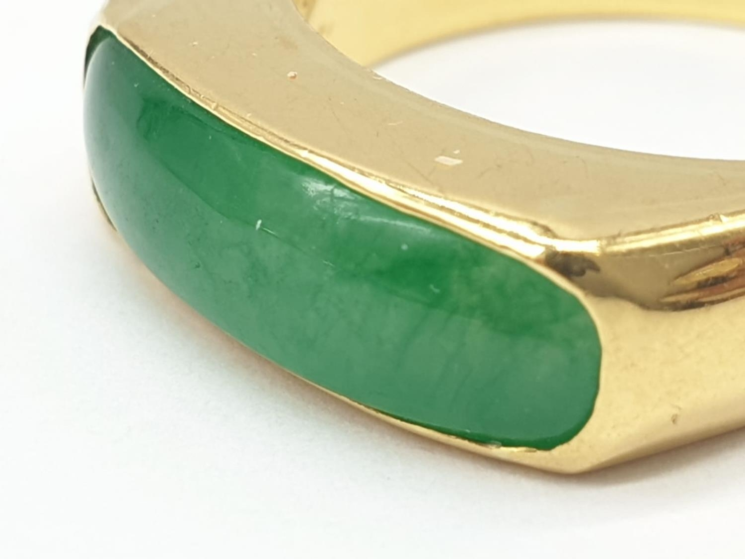 22ct gold ring with natural jade stone. 7.7g in weight and size T. - Image 2 of 7
