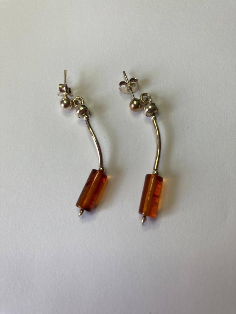 Pair of silver and amber drop earrings, having silver backs. 3.5cm approx.