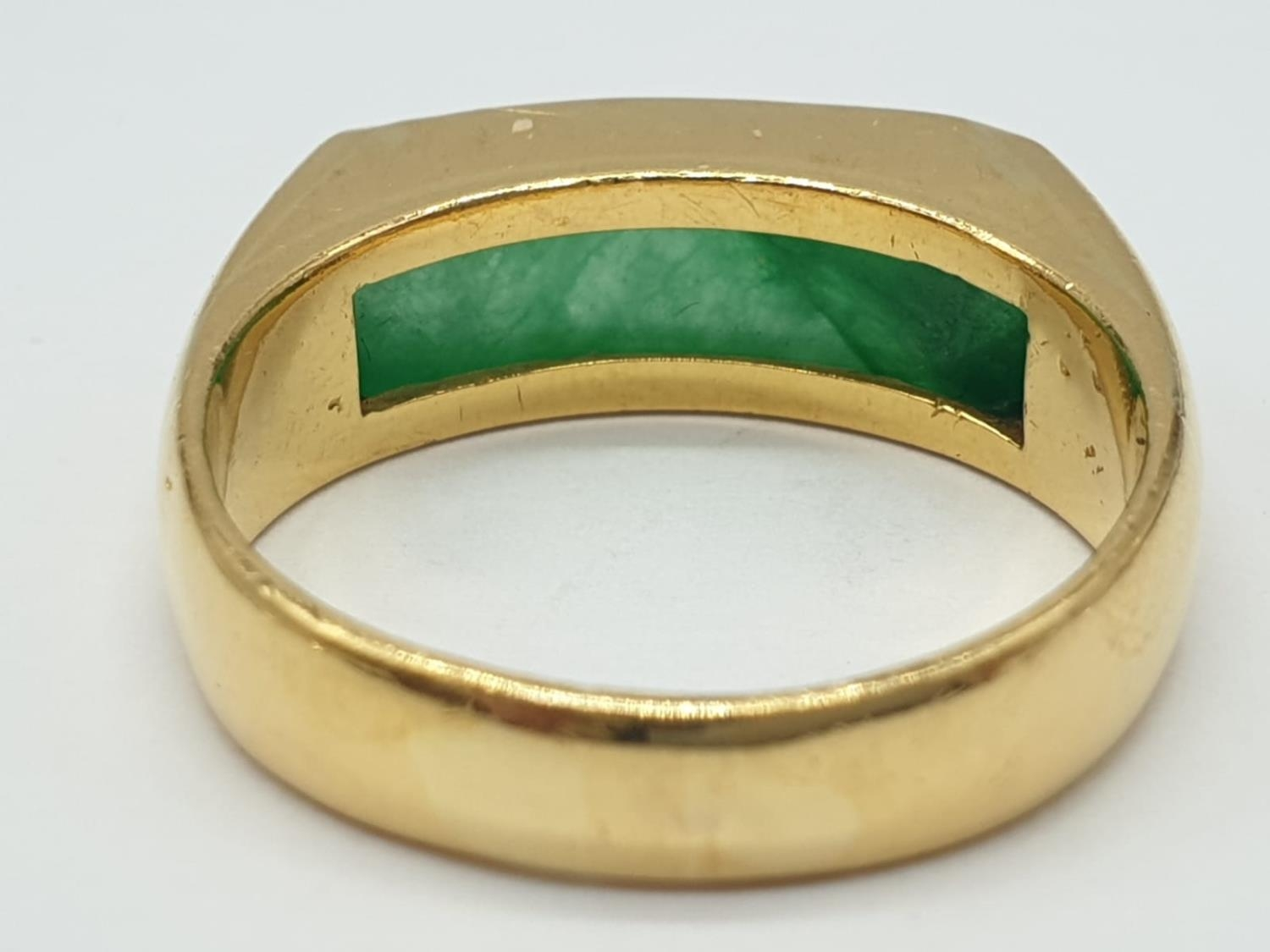 22ct gold ring with natural jade stone. 7.7g in weight and size T. - Image 4 of 7
