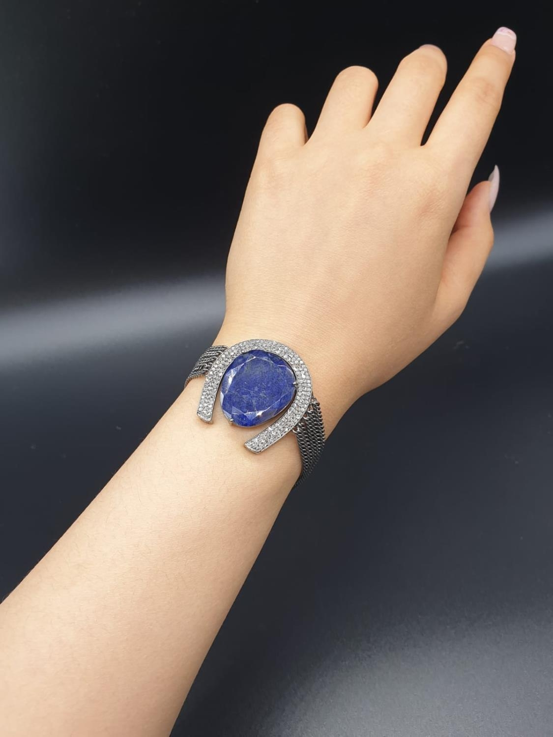 32.10 Cts Blue Sapphire inset a Horse shoe shaped bracelet. With 1.70 Cts Rose cut diamonds. - Image 4 of 5